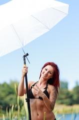 Barbara under paraplyen. Skyggerne er blevet bløde og lyset er meget mere flatterende.