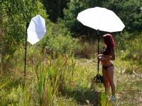 Setup'et: Stor paraply der gør sollyset diffust og lille paraply med speedlight der 'løfter' skyggesiden.