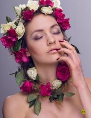 """Sara Jakobsen skudt til Cynical Fashions """"In bloom""""-udgave. Blomsterne er købt i den lokale brugs umiddelbart før shootet"""