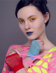 """Kiri Thomassen skudt til Cynical Fashions """"Color pop""""-udgave. Cirkeline Coco Singh har lagt makeup. Meget af garderoben er pr. postordre fra Kina"""